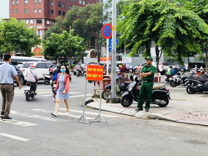 ホーチミンのオフィス街の道路を監視する公安