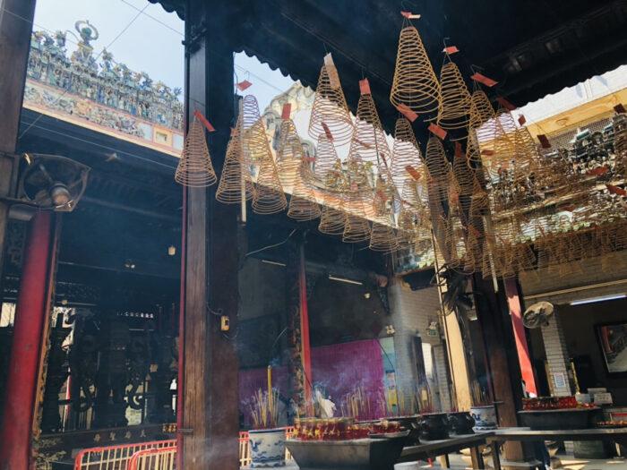 ホーチミン中華街にある伝統的なお寺の線香